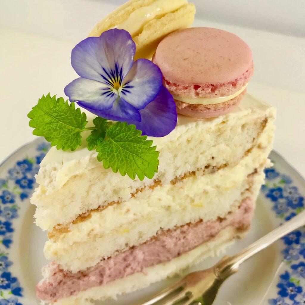 Sommartårta med rabarber, jordgubbar, citron och vit choklad