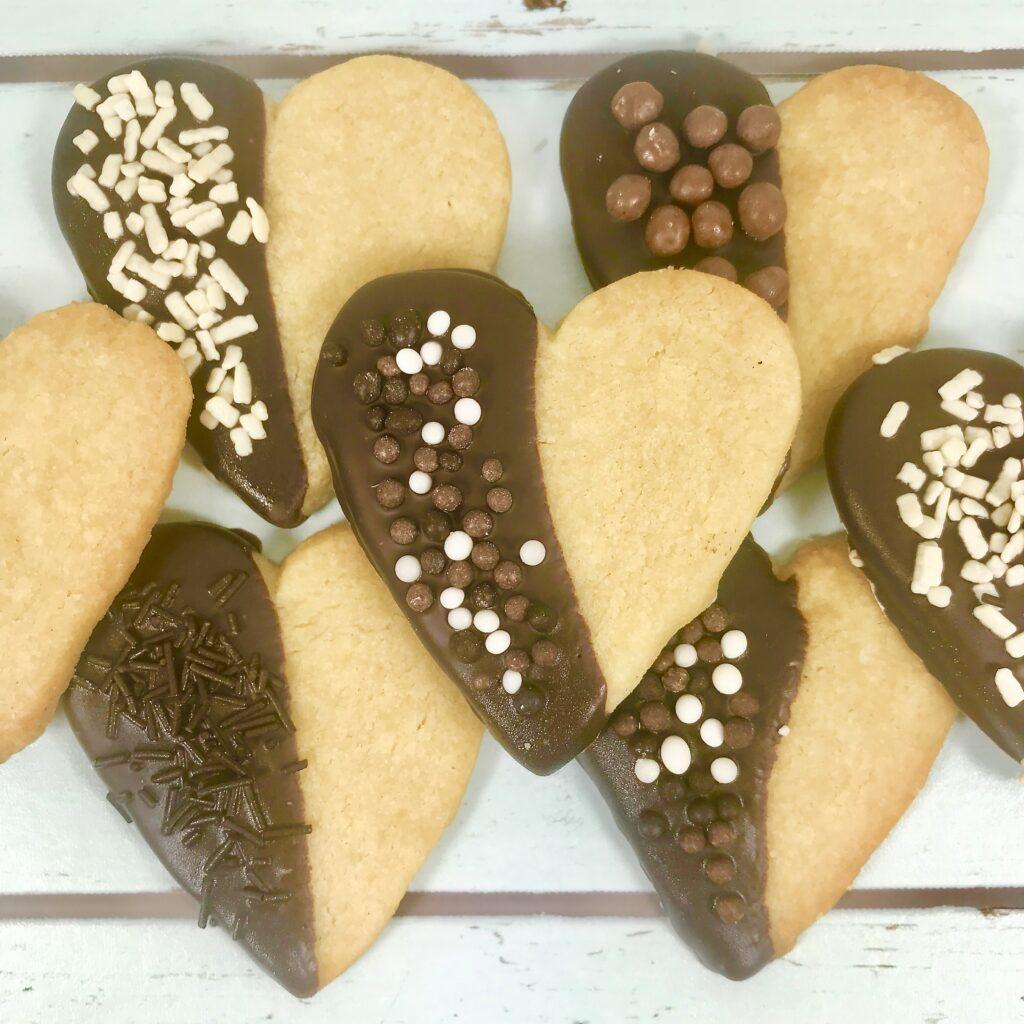 Chokladdoppade mördegshjärtan med olika sorters chokladströssel.