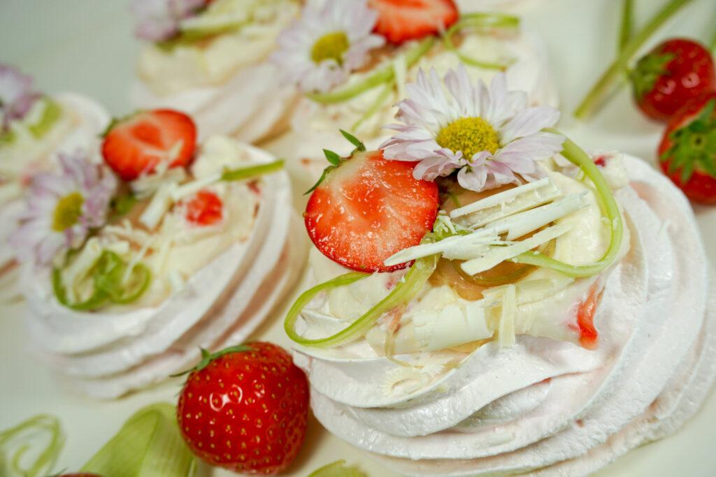 Pavlova med jordgubbsgrädde och rabarbercurd