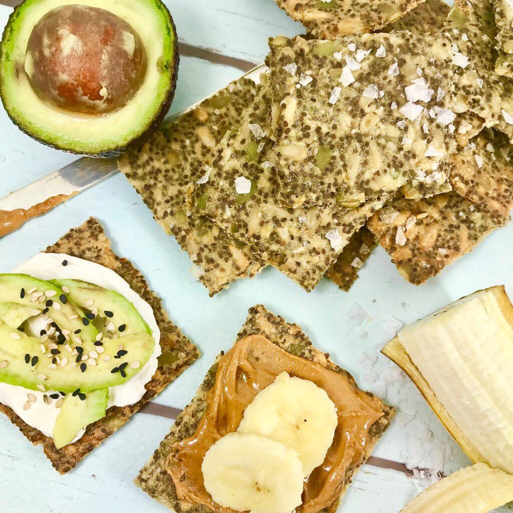 Fröknäcke. Med färskost, avokado, jordnötssmör och banan.