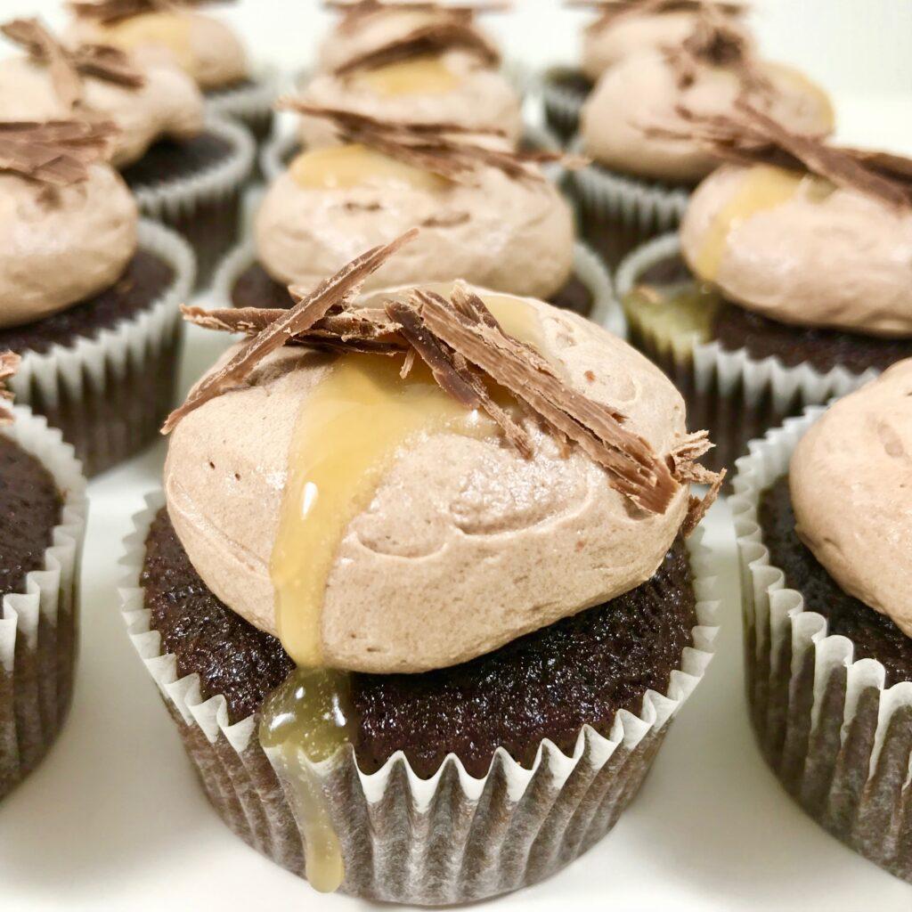Chokladcupcakes med salt kolasås